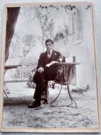 Photo Ancienne Cartonnée - Jeune Homme Dans Jardin - Journal - Fume Cigarettes - Absinthe - TBE - Foto
