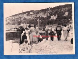 Photo Ancienne Snapshot - VILLEFRANCHE Sur MER - Groupe D' Homme & Femme Regardant Dans L'eau - 1957 - Bateaux