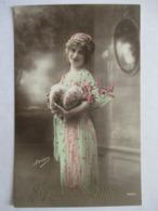 OEUFS .... FEMME  AUX  GROS SEINS       .... .....    PHOTO  IRISA         TTB - Pâques