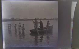 LE POULIGUEN (?) Vers 1900 : Baigneurs Et Barque. Plaque De Verre, Négatif. - Diapositiva Su Vetro