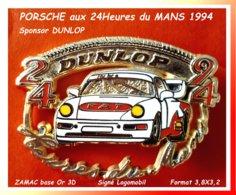 SUPER PIN'S PORSCHE Aux 24H Du MANS En 1994 : Passage Sous Le PNEU Sponsor DUNLOP En ZAMAC Base Or 3D 3,8X3,2cm - Porsche