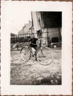 Photo Originale Vélo, Bicyclette, Biclou, Petite Reine, Cycle, Bécane & Gamin Au Vélo Bien Trop Grand 1960's - Ciclismo