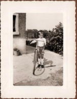 Photo Originale Vélo, Bicyclette, Biclou, Petite Reine, Cycle, Bécane & Gamin Au Vélo De Course  Bien Trop Grand 1960's - Ciclismo
