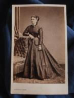 Photo CDV Bureau à Paris  Belle Jeune Femme  Robe En Soie (Melle Le Lubé)  Sec. Empire  CA 1860 - L466 - Foto's