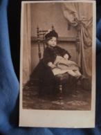 Photo CDV   Fillette Assise  Manteau Et Chapeau En Velours (Gabrielle Cailly)  Sec. Empire  CA 1860 - L466 - Old (before 1900)