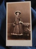Photo CDV  Mayer & Pierson à Paris  Fillette Très élégante  Grand Chapeau (Marie Daudin) Sec. Empire  CA 1860-65 - L466 - Old (before 1900)