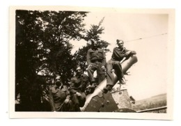 PHOTO :  Fût De Canon à La Citadelle De Namur Avec 4 Militaires. 7,5cm X 5,5cm. - Militaria