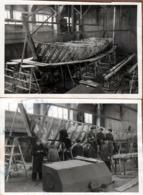2 Photos Originales Petit Chantier Naval De Construction Et Squelette Bois De Barque De Pêche & Equipe De Charpentiers - Bateaux