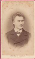 JUNGER MANN, Foto Auf Karton Um 1900, Atelier Carl Skutta In Wr.Neustadt, Fotoformat Ca. 10,5 X 6,5 Cm, Etwas Fleckig - Anonyme Personen