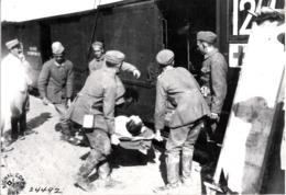 Photo  Du Groupe De Militaires Croix Rouge Allemand Transport De Blessés - Photographie