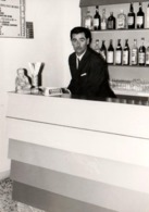 Photo Originale Barman à La Petite Moustache Vers 1960/70 & Cendrier De Bar Crodo - Formica, Martini & Cie - Métiers