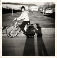 Amusante Photo Originale De Monika Kralemann Sur Son Vélo à Toute Vitesse Et Ombre Géante Du Photographe 1970's - Ciclismo