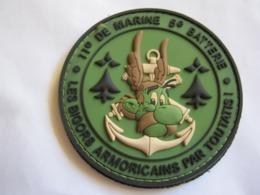RARE ECUSSON PVC EN B.V  TROUPES DE MARINE LE 11° RIMa LA 5° BATTERIE (ASTERIX) SUR VELCROS - Army