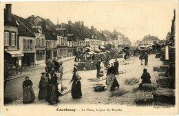 CPA COURTENAY - La Place Un Jour De Marché (213033) - Courtenay