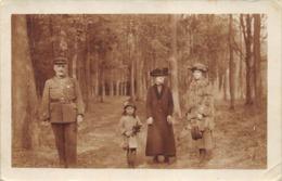 Carte-Photo Animée, Officier En Promenade Dans Les Bois De Neuhof - Uniformen