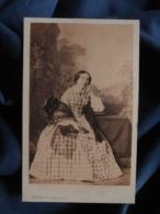 Photo CDV Levitsky à Paris - Noblesse, Bourgeoisie Second Empire Femme Assise (Hélène Morat Née Boullay) Ca 1860 L466A - Fotos
