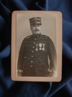 Photo CDV Anonyme - Militaire, Officier, Capitaine D'état Major Du Génie, Médaillés  Circa 1890 L469 - Photos