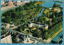 MONTARGIS - L'Hotel De Ville Et Le Jardin Durzy Entourés Par Le Loing Et Le Canal De Briare. Vue Aérienne - Montargis