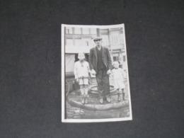 LIEGE - PLACE ST LAMBERT - Photo Un Homme Et Deux Enfants Dos à Une Fontaine/abreuvoir à Chevaux - Places