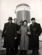 Photo Originale Famille Au Pied D'une Immense Cheminée De Bateau - Frühjahr 1954 - Bateaux