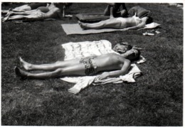 Photo Originale Gay & Playboy Sexy Bronzant Façon Crêpe Sur Peignoir Vers 1970 - - Anonyme Personen