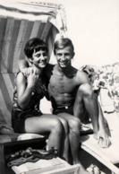 Photo Originale Plage & Maillots De Bains Pour Couple Jeune Et Sexy En Cabine De Plage Vers 1960/70 - Pin-Ups