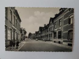 LA HULPE Rue Des Combattants Et Des écoles Avec Des Enfants Et Anciennes Voitures Dans La Rue - La Hulpe