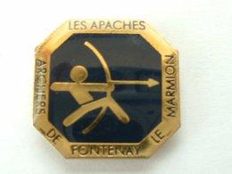 Pin's TIR A L'ARC - ARCHERS DE FONTENAY LE MARMION - LES APACHES - Boogschieten