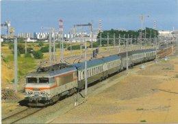 44 SAINT  NAZAIRE UN TRAIN SAISONNIER NANTES LE CROISIC QUITTE ST NAZAIRE SUR FOND CHANTIERS NAVALS  BB 22200 AOUT 1994 - Saint Nazaire