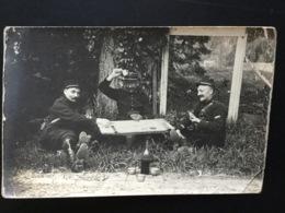 CPA Carte Photo 16 Mai 1915 Jouant Aux Cartes Sur Un Volet - Guerre 1914-18