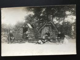 CPA Carte Photo 8 Octobre 1915 Cinq Soldats Et Deux Chiens Devant Abris Décorés - Guerre 1914-18