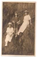CPP 196 - CARTE PHOTO - Trois Jeunes Femmes Sur Rochers Du Bord De Mer - Photo Remy à Granville - Granville