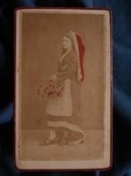 Photo CDV Anonyme Colorisée - Femme Paysanne Type Béarn, Pyrénées, Pays Basque Circa 1865-70 L467 - Photos