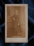 Photo CDV Anonyme - Jeune Fille En Pied Vers 1870-75 L467 - Photos