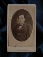 Photo CDV Reynouls à Béziers - Homme Portrait Médaillon Embossé Vers 1880-85 L467 - Photos