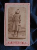 Photo CDV Roubieu à Béziers  Fillette  Robe Plissée  Noeud Dans Les Cheveux  Diplôme Dans La Main  CA 1900 - L467 - Photos