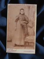 """Photo CDV  Provost à Béziers  Jeune Fille Robe Avec Manches """"gigot""""  Livre à La Main  CA 1890 - L467 - Photos"""