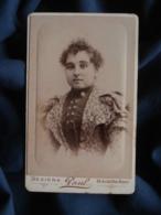 Photo CDV  Paul à Béziers  Portrait Femme  Robe Avec Grands Revers  Cheveux Frisés  CA 1890 - L467 - Photos
