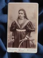 Photo CDV  Paul à Béziers  Fillette Avec Un Cerceau  Robe à Col Marin Et Manches Bouffantes  CA 1890 - L467 - Photos