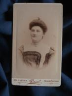 Photo CDV  Paul à Béziers  Portrait Femme  Belle Robe Asymétrique à Petits Carreaux Et Dentelle  CA 1890 - L467 - Photos