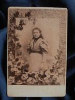 """Photo Format Cabinet  Paul à Béziers  Jeune Fille  Robe à Carreaux  Manches """"gigot"""" Décor Fleuri  CA 1890 - L467 - Photos"""