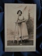 Photo Format Cabinet  Puech à Amélie Les Bains  Jeune Fille Accoudée Sur Une Gueridon  Belle Robe  CA 1900 - L467 - Photos
