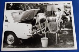 Vintage PIN-UP Photo # Ca. 11,5 X 7,5 Cm - Mutter Mit Tochter Bei Der Auto-Wäsche, Schnappschuß / Snapshot # [19-3251] - Pin-Ups