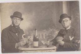 Photo Joueurs De Carte, Champagne, Jumeaux Ou Photo Surréaliste ? Photographe GADRAT Civray Vienne - Anonymous Persons