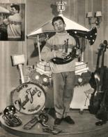 COUPURE De PRESSE 1955 - 20,5 X 26 Cm - PHOTO MAURICE BAQUET - ACTEUR MUSICIEN GAITÉ MUSETTE JAZZ VIOLONCELLE TROMPETTE - Music & Instruments