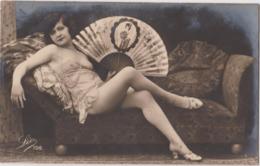 Pin-up Nue Sur Canapé, éventail, Asiatique, Geisha, Prostituée ?, Seins Nus - Vintage Women (1921-1940)