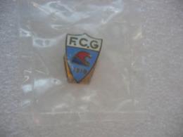 Insigne De Boutonniere Du Football Club De GUEBWILLER 1910 (Dépt 68). Club Radié Le 23 Juillet 2015 - Football