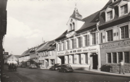 "CPSM:HOCHFELDEN (67) VOITURE 4CV DEVANT HÔTEL RESTAURANT ""AUX DEUX CLEFS"" CAISSE D'ÉPARGNE - Hochfelden"