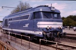 Photo Diapo Diapositive Slide Train Wagon Locomotive Diesel SNCF BB 97014 à Montargis Le 12/05/1998 VOIR ZOOM - Diapositivas