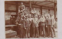 AK Foto Fabrikarbeiter Mit Presse - Ca. 1910  (44121) - Industry